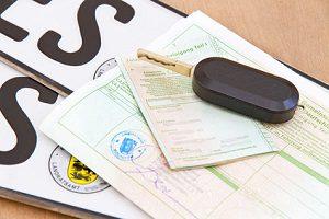 Es ist erlaubt, ein Auto ohne Führerschein zu kaufen. Sie können es auch selbst anmelden.