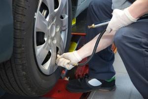 Wenn Sie Ihr Auto pflegen möchten, sollten Sie auch den Reifendruck in regelmäßigen Abständen überprüfen.