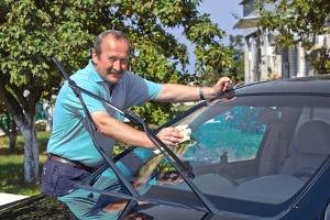 Auto putzen: Innen und außen sollten Sie Hand anlegen.