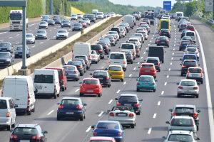 Auf einer Autobahn müssen selbstfahrende Autos lediglich geradeaus fahren, was weniger kompliziert ist.