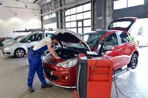 Eine Autoinnenreinigung per Ozon wird meist in einer Werkstatt durchgeführt.