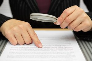 Einen wichtigen Punkt beim Autokauf und seinem Ablauf stellt die Überprüfung des Kaufvertrags dar.