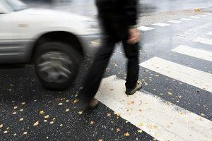 Autonom fahrende Autos müssen auch das Verhalten von Fußgängern richtig einschätzen.