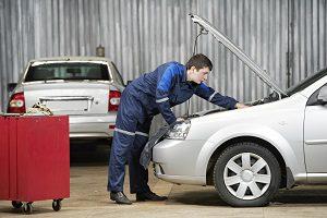 Ein Elektroauto zu kaufen, hat viele Vorteile. So sind die Kfz z. B.  weniger wartungsintensiv.