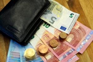 Eine günstige Versicherung für Fahranfänger schont den Geldbeutel.