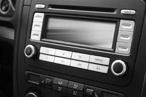 Zur Innenreinigung eines Kfz gehört auch das Armaturenbrett inklusive Radio.