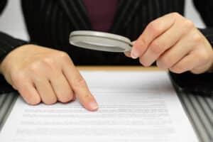 Den Kaufvertrag für das Auto sollten Sie als Käufer stets gründlich überprüfen.