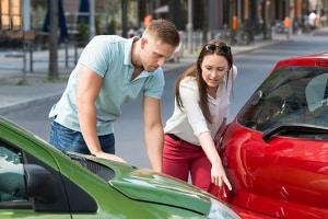 Die Kfz-Haftpflichtversicherung deckt Schäden an Fahrzeugen von Dritten ab.