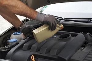 Mit einem Motorreinigungsmittel kann der Innenbereich gesäubert werden.