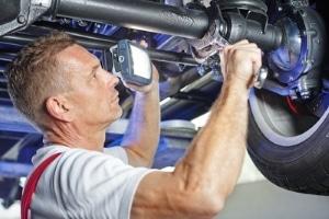 Ungültige Klausel bei der Neuwagengarantie: Eine Werkstattbindung ist nicht erlaubt.