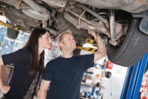 Wenn Sie Oldtimer-Autos kaufen, ist die Begutachtung des Unterbodens unerlässlich.