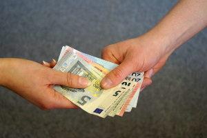 Bei einem Verkauf von privat an privat sollten Sie die Papiere erst nach Erhalt der Gesamtsumme aushändigen.