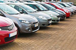 Das Vorgehen beim Autokauf umfasst die Begutachtung des Fahrzeugs.